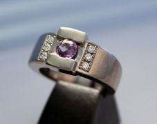 bague-or-gris-saphir-violet-diamants-